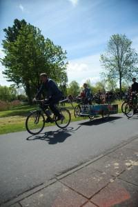 Fiets met kist tijdens uitvaart in Lelystad