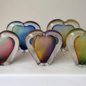 Glazen hart mini urn in de kleuren roze blauw groen geel