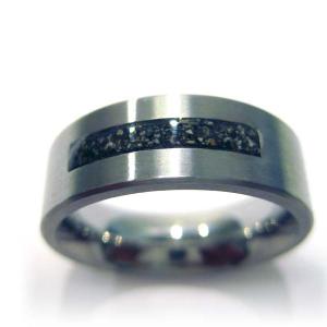 Zilveren ring met brede inkeping waar as in verwerkt kan worden.